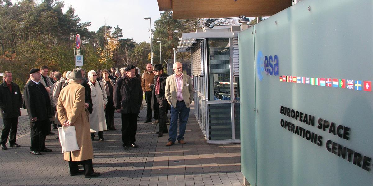 """Beim Symposium """"Wo wohnt Gott?"""" im Europäischen Weltraumkontrollzentrum (esa) in Darmstadt"""